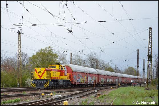 275 217-8 ist bei der MEG als Lok 217 eingereiht. Am 05. Mai 2021 zieht sie einen langen Autozug durch Leipzig-Wiederitzsch
