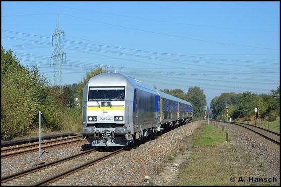 Ein völlig neues Gesicht hat die Lok am 12. Oktober 2015, als sie als DLr 20869 für Schulungsfahrten auf der Strecke Leipzig - Chemnitz unterwegs ist. Hier durchfährt die für die Mitteldeutsche Regiobahn im Einsatz stehende Garnitur Wittgensdorf ob. Bf.