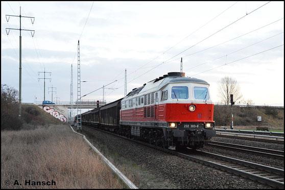 Am 3. Februar 2016 begegnet mir 232 303-8 in Berlin Französisch-Buchholz mit einem Güterzug nach stadtauswärts. Am Zugschluss läuft noch 298 312-0 mit