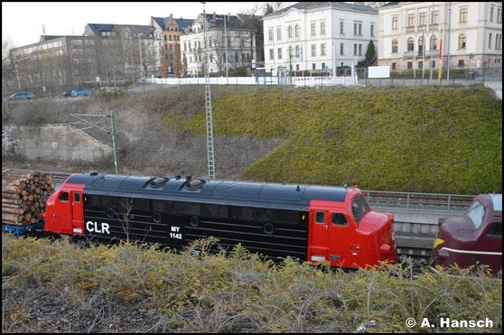 227 005-6 (CLR My 1142) und Vorspannlok 227 004-9 (CLR My 1138) wuchten am 6. April 2020 einen schweren Holzzug durch Chemnitz Hbf.