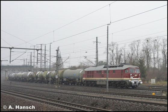 Am 3. Februar 2019 treffe ich 232 088-5 in Luth. Wittenberg an. Sie unterquert mit Kesselwagenzug gerade die Triftbrücke gen Hbf.