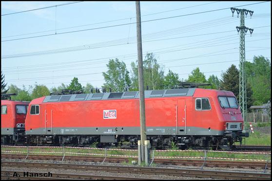 156 002-9 (MEG 802) steht am 11. Mai 2016 mit 3 Loks der BR 143 der MEG in der Nähe von Leipzig-Messe abgestellt