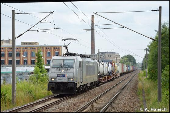 386 033-5 durcheilt am 22. Juli 2021 mit Containerzug den Hp Chemnitz-Schönau