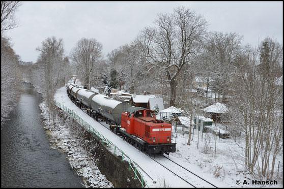 Als sich am 07.04.2021 der Winter nach Chemnitz zurückkehrt, zieht 346 931-9 (WFL Lok 6) 16 Kesselwagen zur Abstellung durch den Chemnitzer Stadtpark gen Klaffenbach
