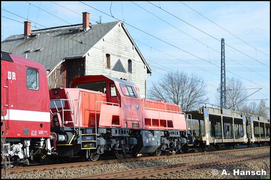 Am 10. April 2019 ist 261 001-2 von Northrail als Wagenlok in einem von 143 650-0 gezogenen Leerautozug unterwegs. In Chemnitz-Furth entstand ein Bild