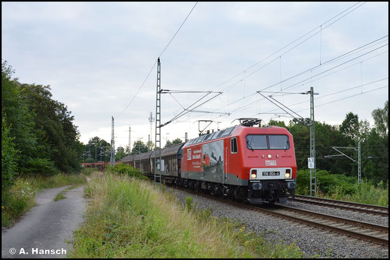 Wieder mit Werbebeklebung treffe ich die Lok am 20. Juli 2021, als sie den VW-Zug für Mosel durch den Abzweig Chemnitz-Furth schleppt