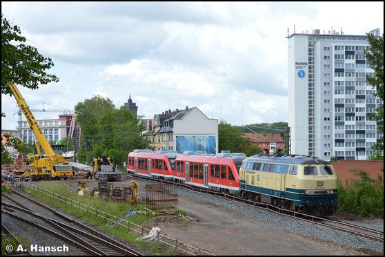 """218 460-4 alias """"Conny"""" bringt am 26. Mai 2020 zwei Triebwagen der BR 640 ins AW Chemnitz. Gerade hat sie den Hp Chemnitz-Süd hinter sich gelassen"""