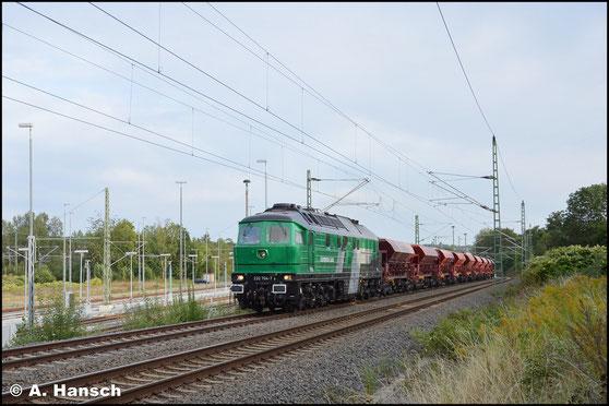 Am 5. September 2019 schleppt die Lok einen Schotterzug nach Cottbus. Auf der Steigung in Chemnitz-Furth entstand ein Bild