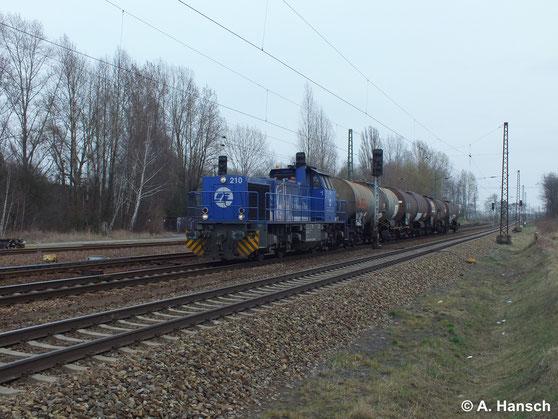 Am 18. März 2014 durchfährt 275 013-1 (InfraLeuna Lok 210) mit einem 4-Wagen-Kesselzug Leipzig Thekla