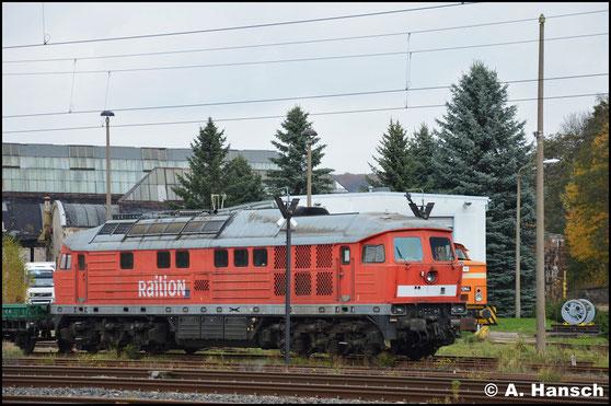Zum Abtransport bereit steht die Lok schließlich am 6. November 2016 vorm AW Chemnitz. Auffällig sind die bereits abmontierten Dachlüfter