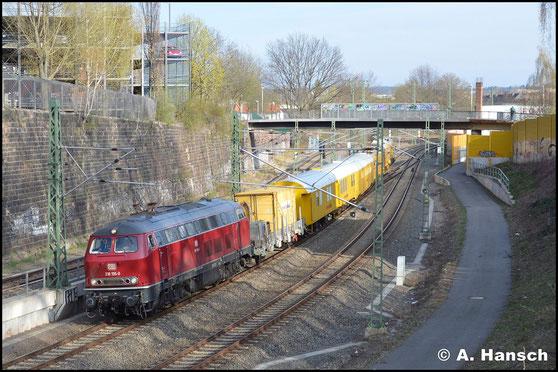 218 155-0 ist im altroten Farbkleid im Einsatz. Am 4. April 2019 hat sie mit ihrem Bauzug fast Chemnitz Hbf. erreicht