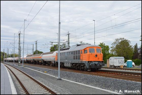 Hinter 232 850-8 von ArcelorMittal verbirgt sich die ehemalige 132 057-1. In grau-orange und noch mit den alten Kühlerlüftern dröhnt die Lok am 15. Mai 2019 durch Leipzig-Thekla