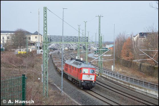 """Auch 232 241-0 trägt den markanten """"Holland-Latz"""". Am 12. Februar 2019 verlässt die Lok mit dem Leermilitärzug Marienberg - Zwickau den Chemnitzer Hbf."""