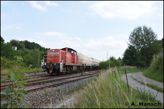 Am 18. Juli 2017 zieht die Lok die Gaskesselübergabe nach Hartmannsdorf durch Wittgensdorf ob. Bf.