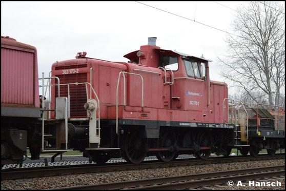In einem Lokzug wird 363 170-2 am 26. März 2019 nach Cottbus transportiert. Hier ist sie in Chemnitz-Furth zu sehen