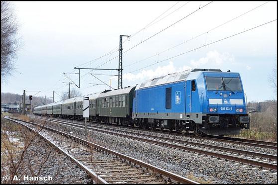 Am 10. Januar 2016 schiebt 076 003-7 (PRESS 285 103-3) den Leerreisezug DLr 24246 aus Dresden-Alstadt nach Glauchau nach. Zuglok ist 246 011-1 (PRESS 246 049-2). Hier ist die Fuhre in Chemnitz-Hilbersdorf zu sehen