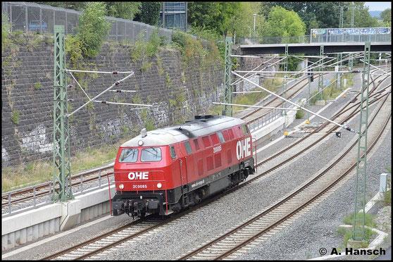 Am 6. September 2015 rollt 216 121-4 (OHE 2000 85) durch Chemnitz Hbf. Ziel ist Freiberg, wo die Lok einen Leerholzzug übernimmt