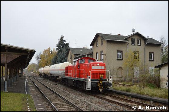 Frisch hauptuntersucht und blitzsauber zeigt sich 294 663-0 am 7. November 2017, als sie mit der Gaskesselübergabe nach Hartmannsdorf den Hausbahnsteig von Wittgensdorf ob. Bf. passiert
