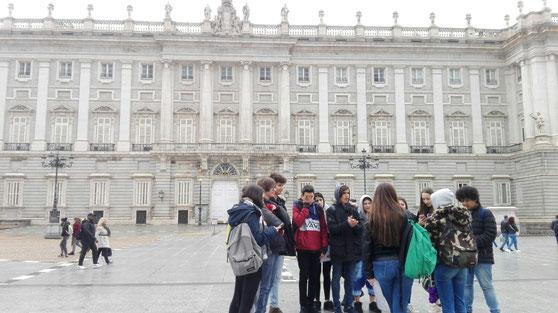 Arribats a Madrid sota la pluja. Visitant el Palacio Real.