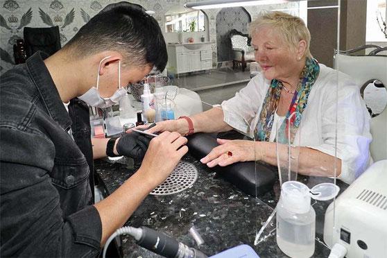 Maniküre und Pediküre für eine natürliche Nagelpflege der Hände und Füsse