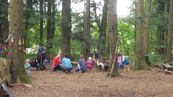 Eltern und Kinder beim Waldtreffen in Balingen
