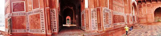 neben dem Taj Mahal