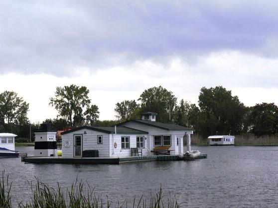 schwimmendes weißes Holzhaus im Hufeisenteich auf Lake Erie.