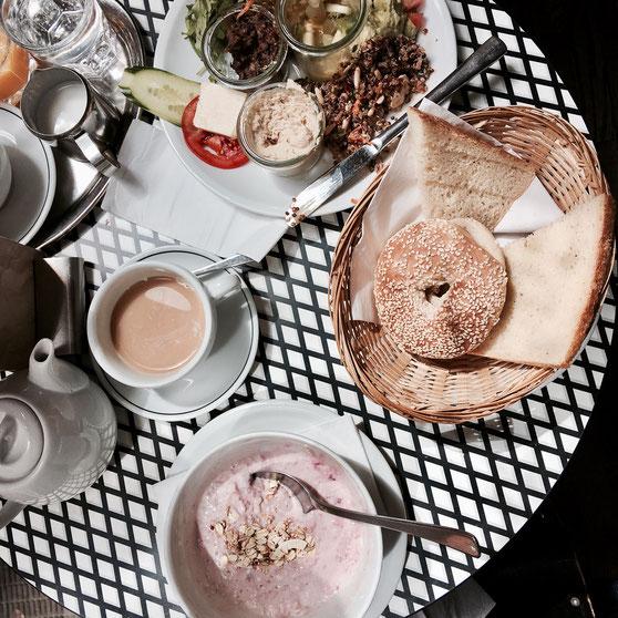 Veggie-Plate und Bircher Müsli zum Frühstück in Barcomi's Deli