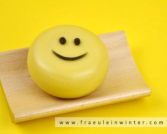 Seife mit einem Smiley-Aufleger aus Glycerinseife | Fräulein Winter