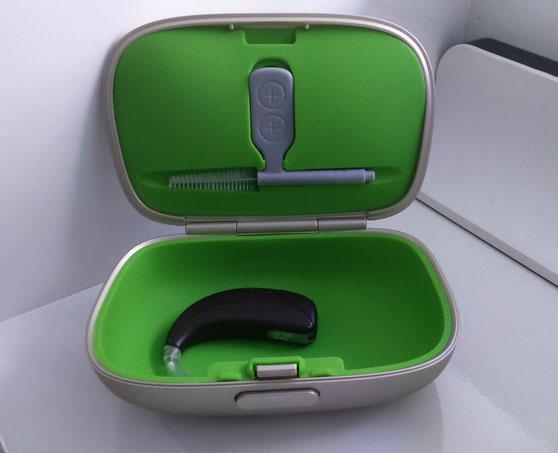 Caja protectora para audífonos con herramienta de limpieza.