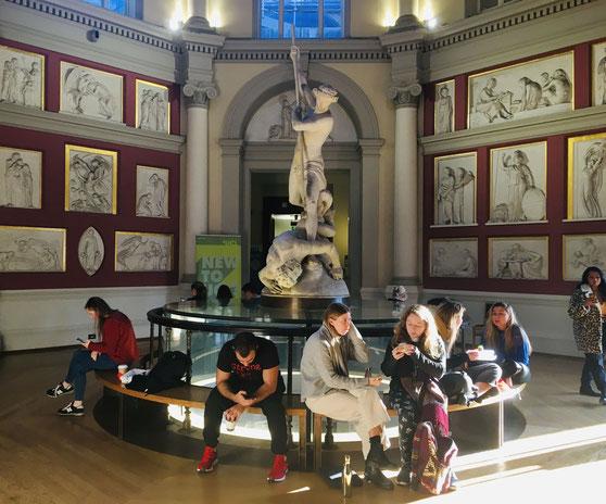 中央図書館のホール。24時間開いており、勉強する学生であふれています