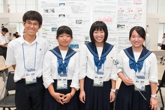 左から 荒川拓実くん(2年)、野間旭媛さん(2年)、坂本実優さん(2年)、東田愛美さん(3年)