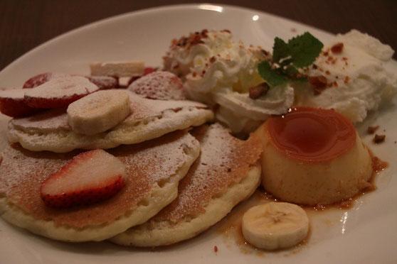 イチゴとバナナのパンケーキ - 自家製プディングとジェラート添え