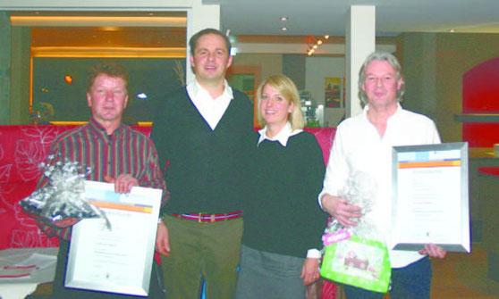 Geschäftsführer Steffen Bermann (Zweiter von links) und seine Frau Nicole zeichneten im Rahmen des 30-jährigen Firmenbestehens Rigobert Metzger für zehnjährige Zugehörigkeit (links) und Harald Dold für 25 Jahre aus.