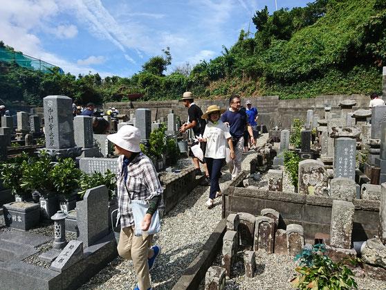 墓地の通路を歩く人たち