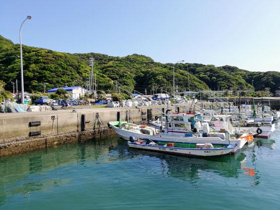 港の風景(漁船と奥に見える納屋)