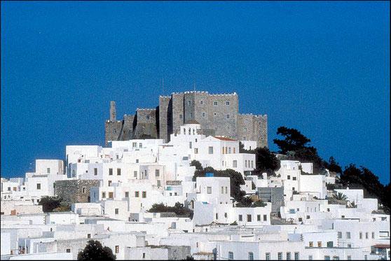 La ville de Chora à Patmos est blottie contre la muraille du monastère de de Saint-Jean-le-Théologien. L'évangéliste Jean a été exilé sur l'île de Patmos en l'an 95 par l'empereur romain Domitien.
