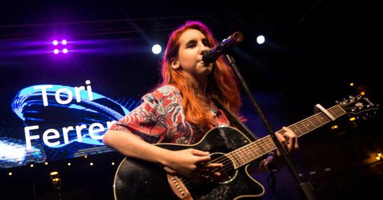 Tori Ferrer cantando en directo