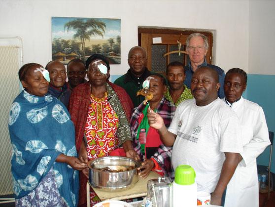 Unser Team wird von drei Patientinnen mit Hühnchen beschenkt (Olaf Msuha, Vitus Mgaya, Cornel Msuha, Nolasko Mligo, Wulstan Mhagama, Edina Mtama)