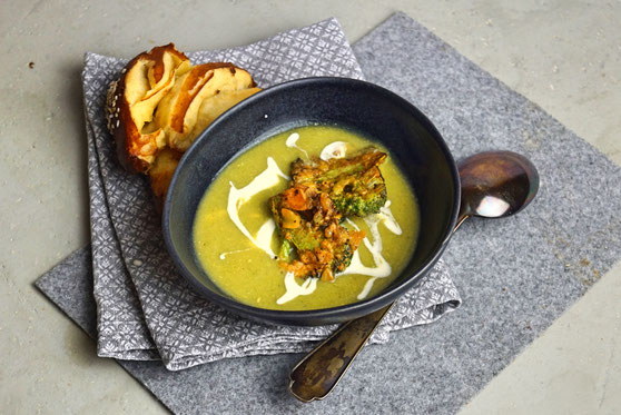 Lauch-Brokkoli-Suppe mit Käse und Knuspertopping