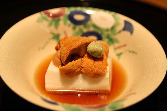お料理の一例 胡麻豆腐雲丹添え