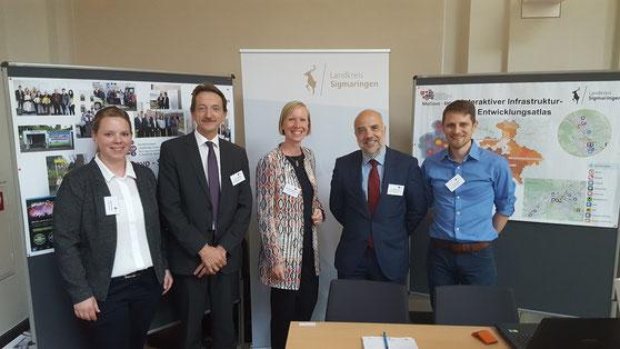 Staatssekretär Dr. Markus Kerber mit Landrätin Bürkle und den Projektverantwortlichen, anlässlich der Abschlussveranstaltung am Messestand von MoDavo-SIG