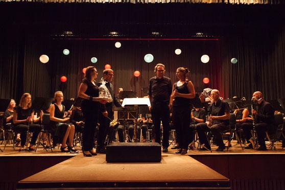 """Musiker des MBO bedanken sich beim Mannheimer Komponisten Kim-Dirk Linsenmeier (2. v.r.) und ihrem Dirigenten  (2.v.l). Die Kreativität der beiden hat die Uraufführung des Werkes """"Aus der Unterwelt ins Himmelreich"""" erst möglich gemacht (Bildrechte: MBO)"""