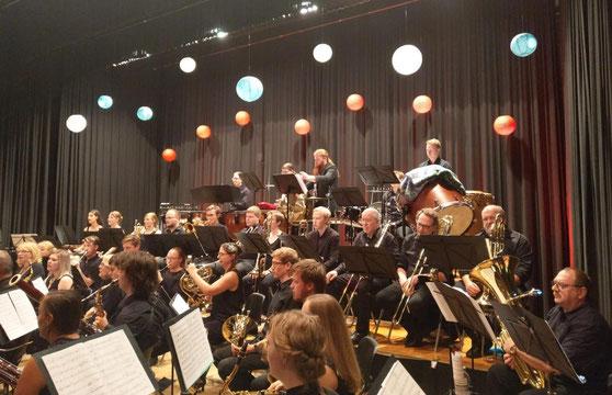 """Das Moderne Blasorchester Kurpfalz-Oppau (MBO) spielte unter der Leitung von Dirigent Dominique Civilotti große Werke der sinfonischen Blasmusik am achten Jahreskonzert unter dem Motto """"Aus der Unterwelt ins Himmelreich"""" (Bildrechte: MBO)"""