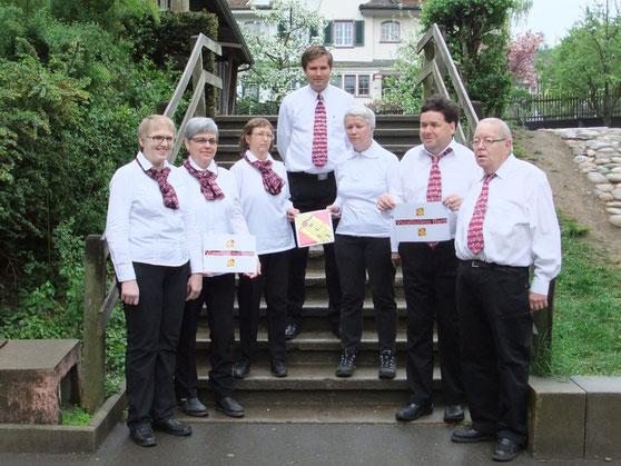 Auf der Treppe des Schulhofes von links nach rechts:   Lisbeth Käser, Therese Scheidegger, Monika Büttiker, Manfred Grotzki, Irene Frei, Martin Zingre und René Scheidegger