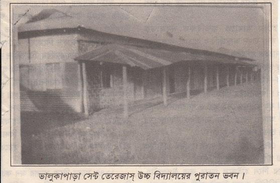 Das ursprüngliche Schulhaus 1976 - ein einfacher Blechschuppen.