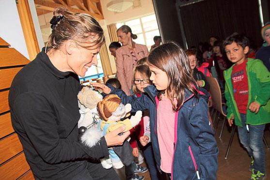 """Nach der Vorstellung von """"Pfoten weg!"""" kommen die Kinder den Puppen-Protagonisten von Irmi Wette ganz nahe. Foto: Heinig Foto: Schwarzwälder Bote"""
