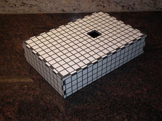 Individuelle Gravuren und Zuschnitte aus weissem HPL Kunststoff 6 mm stark