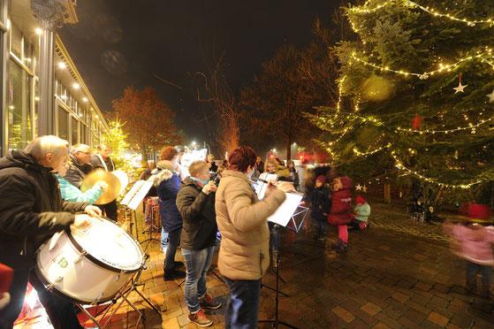 Celles Kleinster Weihnachtsmarkt mit Spielmannzug Hambühren. Es gibt noch Weihnachtskekse, Schmalzkuchen, Glühwein ...