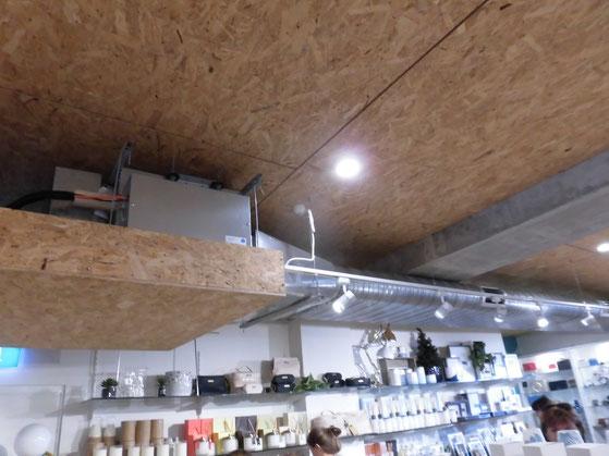 OSB板と楕円形の空調ダクトが印象的なおしゃれな雑貨屋OPUS